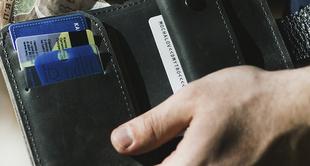 Encuentra una cartera con cerca de 700 euros y la entrega a la policía