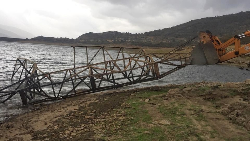Se han retirado tres torretas de alta tensión que durante más de 20 años, han estado caídas en el embalse de Baños de Montemayor.