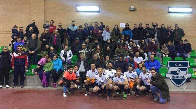 El equipo de fútbol de Ahigal celebra su fin de Liga