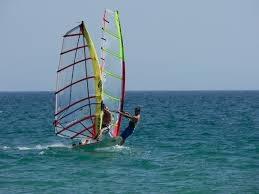 La Escuela Náutica de Granadilla ofrece cursos de iniciación al windsurf en agosto
