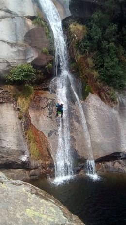 Bomberos de la Diputación de Cáceres se forman en rescate en barrancos en una jornada en la Garganta de Los Papúos