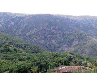 La extinción del incendio de Cabezuela de Valle evoluciona de