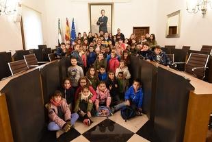 Los alumnos y alumnas del Colegio Divino Maestro de Ahigal visitan la Diputación de Cáceres