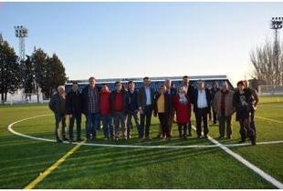 La Presidenta de la Diputación inaugura el nuevo césped artificial del campo de fútbol de Jaraíz de la Vera