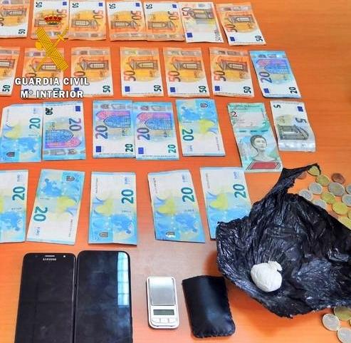 La Guardia Civil detiene a una persona por transportar oculta en su equipaje 13 gramos de cocaína, una balanza de precisión y 1.335 euros.