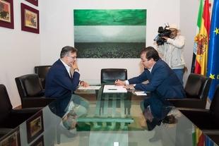 El presidente de la Junta recibe en Mérida con el alcalde de Plasencia