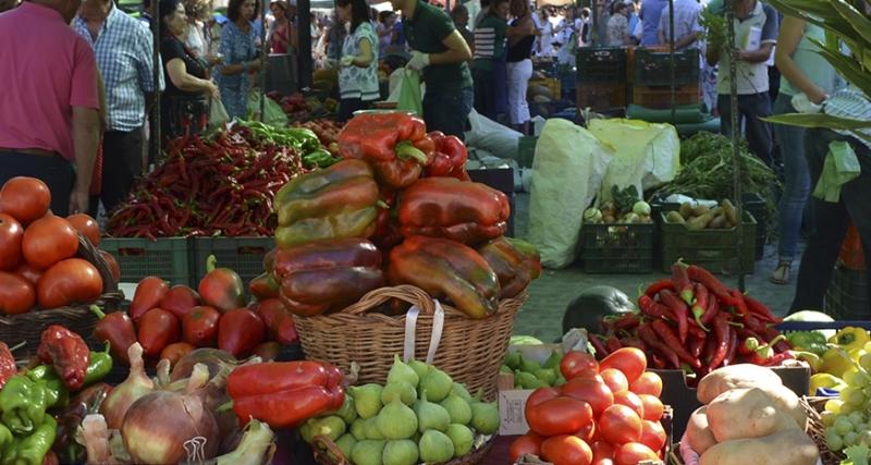 El mercado de frutas y verduras volverá el viernes a la plaza mayor de Plasencia con el 25% de los puestos
