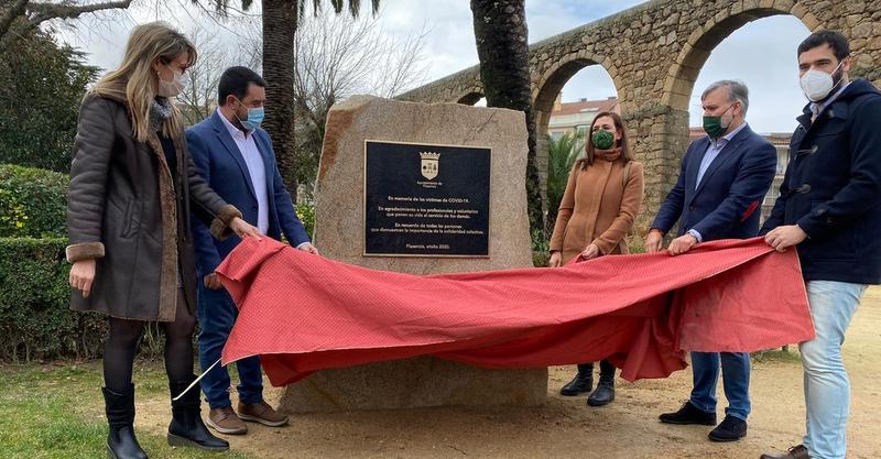 El Alcalde y los portavoces de la oposición descubren la placa en memoria de las Víctimas de COVID-19 y agradecimiento a los voluntarios