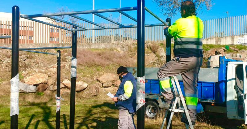 Comienza la obra de la primera pista de tenis de césped artificial en Plasencia