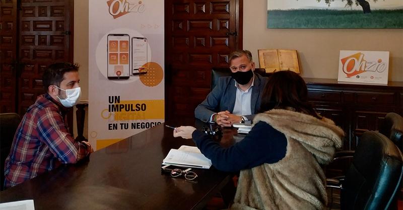 El Alcalde recibe a los creadores de Ohzio una plataforma que ofrece soluciones digitales para el comercio de proximidad