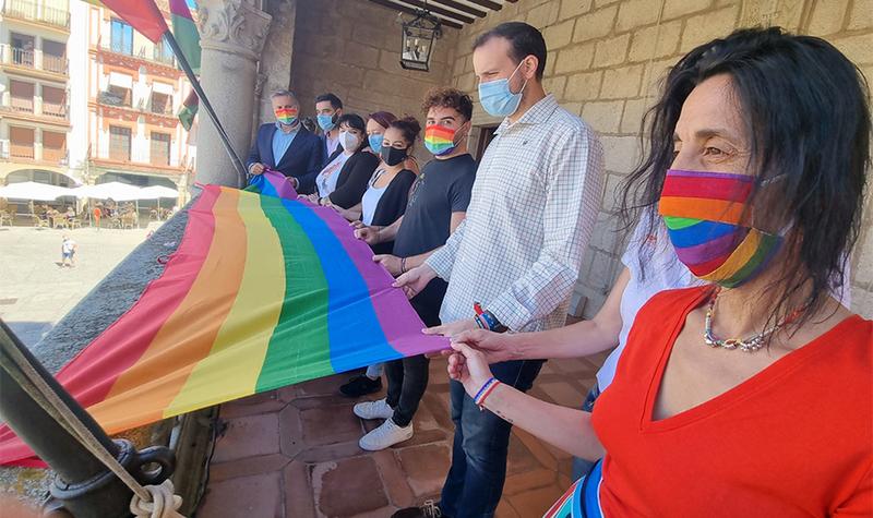 El Ayuntamiento celebra el día del orgullo LGTBI con lectura de manifiesto y bandera en la fachada