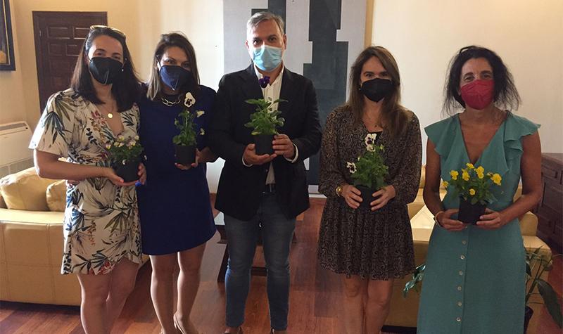 """La Asociación de Alzhéimer de Plasencia hace entrega al Alcalde Pizarro con un """"pensamiento"""""""