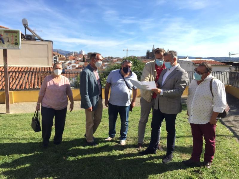"""El Alcalde visita el barrio de San Miguel, la zona sur de Plasencia, """"en la que se están haciendo inversiones por importe de 11.5 millones de euros"""""""