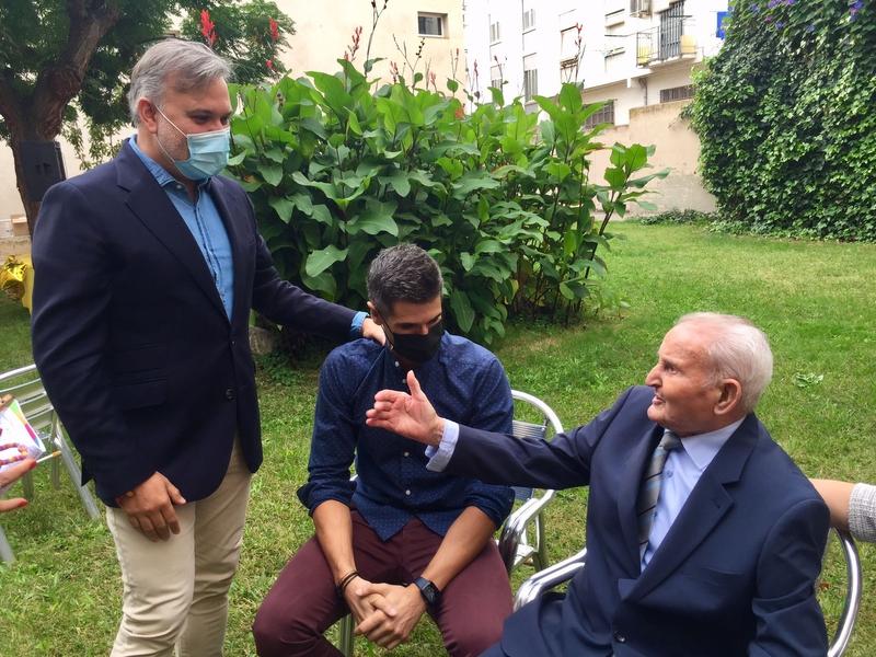 El Alcalde Pizarro participa en el cumpleaños centenario de Julián Sánchez Paniagua en la residencia San Francisco